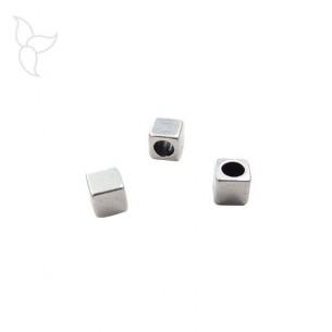 Perles argentées cubiques cuir rond 2 mm