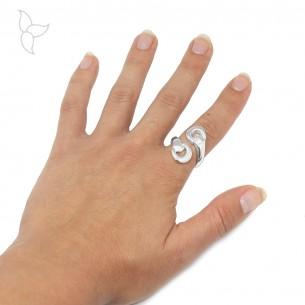 Versilberter Ring aus 2 Pferdebits, die sich kreuzen.