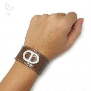 Lanière bracelet réglable cuir taupe équipé d'une maille marine.