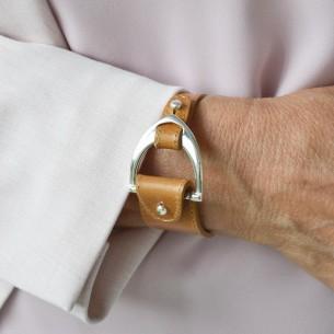 Entrepieza estribo curvado para pulsera chapado de plata.