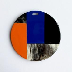 Colgante redondo con motivos geométricos de cuerno de búfalo y laca azul, naranja y negro.