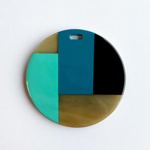 Colgante redondo con motivos geométricos de cuerno de búfalo y laca azul, turquesa y negra.