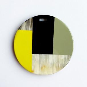 Pendentif rond motifs géométriques corne de buffle et laque jaune, beige,noire.